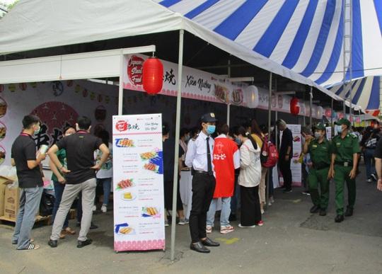 Xếp hàng dài chờ thưởng thức bò tuyết, sô cô la... tại Lễ hội Nhật - Việt - Ảnh 8.