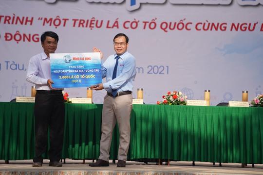 Trao tặng ngư dân Bà Rịa - Vũng Tàu 2.000 lá cờ Tổ Quốc - Ảnh 3.