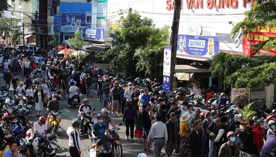 CLIP: Xếp hàng từ 4 giờ sáng mua vé trận Hoàng Anh Gia Lai - Hà Nội FC - Ảnh 2.