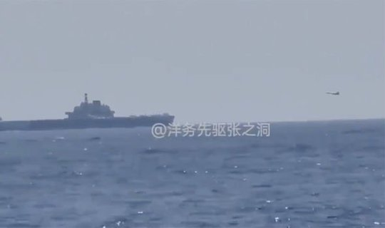 Tàu khu trục Mỹ bám sát tàu sân bay Trung Quốc trên biển Đông - Ảnh 1.