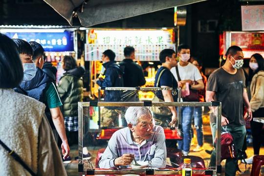 Chợ đêm Đài Loan tấp nập dù vắng bóng khách quốc tế - Ảnh 1.