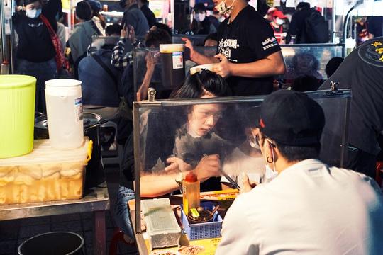 Chợ đêm Đài Loan tấp nập dù vắng bóng khách quốc tế - Ảnh 2.