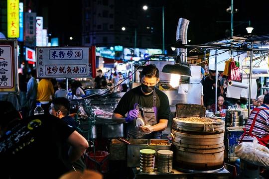 Chợ đêm Đài Loan tấp nập dù vắng bóng khách quốc tế - Ảnh 4.