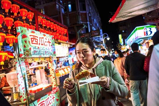Chợ đêm Đài Loan tấp nập dù vắng bóng khách quốc tế - Ảnh 7.