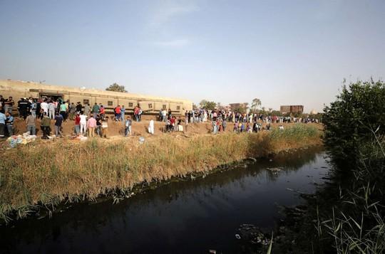 Ai Cập: Tàu hỏa trật bánh kinh hoàng, dân xếp hàng hiến máu cứu người - Ảnh 4.