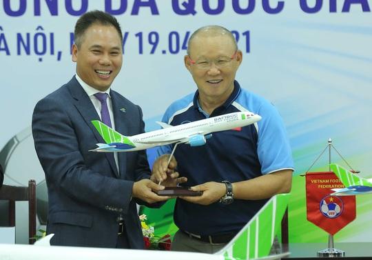 Các đội tuyển bóng đá Quốc gia Việt Nam có nhà tài trợ vận chuyển đường không - Ảnh 10.