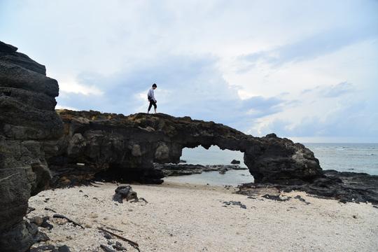 Bức xúc cảnh hàng chục du khách đè lên thắng cảnh hàng triệu năm tuổi ở Lý Sơn - Ảnh 2.