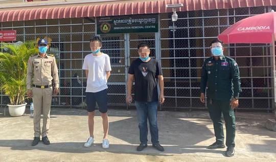 Covid-19: Campuchia bắt giữ 2 người Trung Quốc giả nhân viên y tế - Ảnh 1.