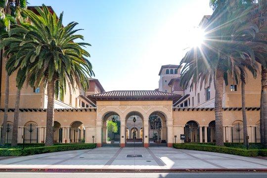 10 đại học đào tạo ra nhiều tỷ phú nhất thế giới - Ảnh 7.