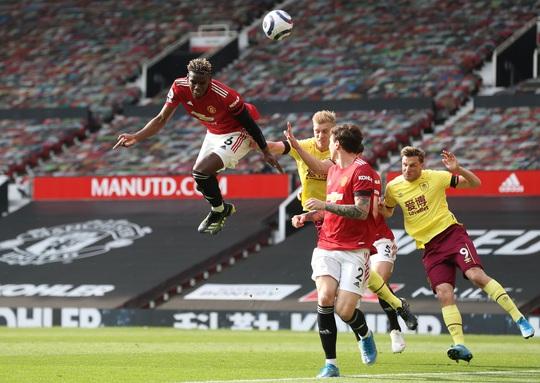 Vùi dập Burnley, Man United mơ soán ngôi Ngoại hạng của Man City - Ảnh 2.