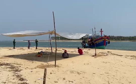 Thi thể ngư dân Quảng Bình mất tích được tìm thấy trên biển - Ảnh 1.