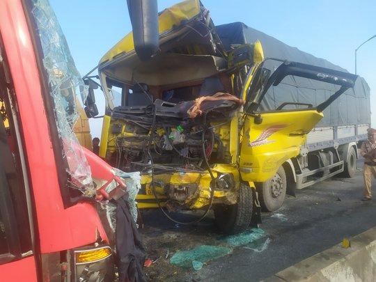 Tai nạn nghiêm trọng trên cầu Gianh, 2 người thương vong, ách tắc nhiều giờ - Ảnh 1.