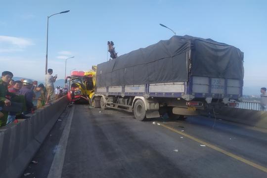 Tai nạn nghiêm trọng trên cầu Gianh, 2 người thương vong, ách tắc nhiều giờ - Ảnh 2.