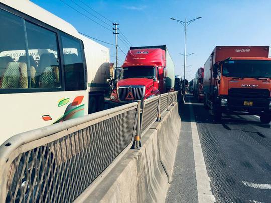 Tai nạn nghiêm trọng trên cầu Gianh, 2 người thương vong, ách tắc nhiều giờ - Ảnh 3.