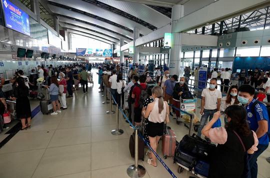 Hành khách qua sân bay Nội Bài tăng vọt dịp Lễ 30-4 và 1-5, vượt đỉnh 2019 - Ảnh 1.