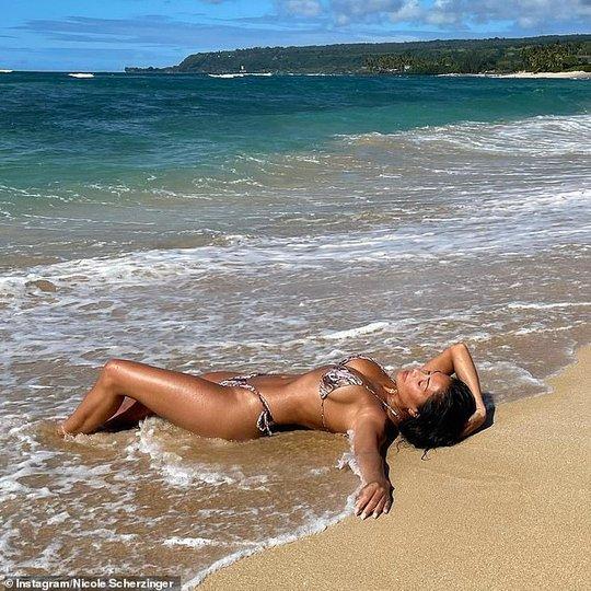 Ca sĩ Nicole Scherzinger quyến rũ với bikini bên bãi biển - Ảnh 3.