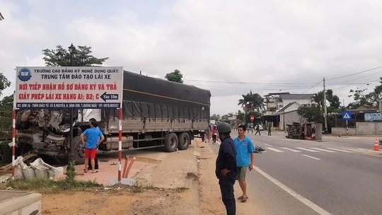 Va chạm giữa 2 xe tải, nhà dân ven đường bị tông sập - Ảnh 1.