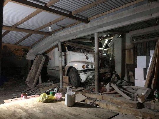 Xe container mất lái tông sập nhà dân trong đêm - Ảnh 1.