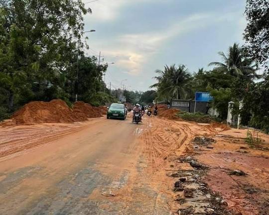Lũ bùn đỏ tràn ngập tuyến đường du lịch Mũi Né - Ảnh 4.