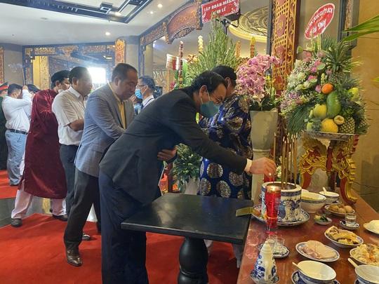 Bí thư Nguyễn Văn Nên dâng hương tại Đền Tưởng niệm các Vua Hùng - Ảnh 1.