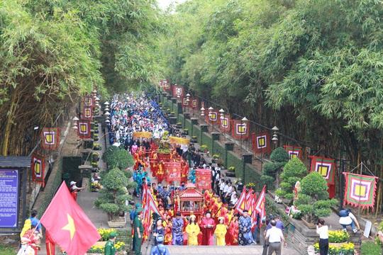 Bí thư Nguyễn Văn Nên dâng hương tại Đền Tưởng niệm các Vua Hùng - Ảnh 7.
