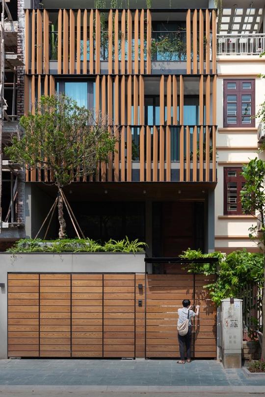 Ngôi nhà phố có cầu thang độc đáo đi trên mặt nước - Ảnh 1.