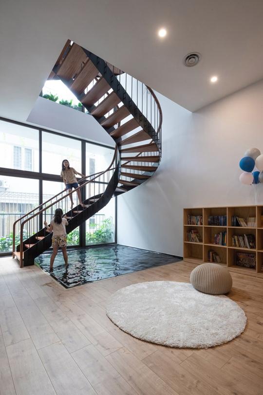 Ngôi nhà phố có cầu thang độc đáo đi trên mặt nước - Ảnh 8.