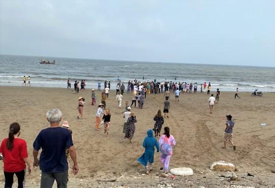 8 học sinh lớp 6 đi tắm biển, 1 người chết đuối, 3 người đang mất tích - Ảnh 1.