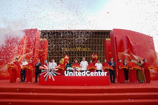 """Biển người đổ về Phú Quốc United Center trong """"đêm không ngủ"""" đầu tiên - Ảnh 2."""