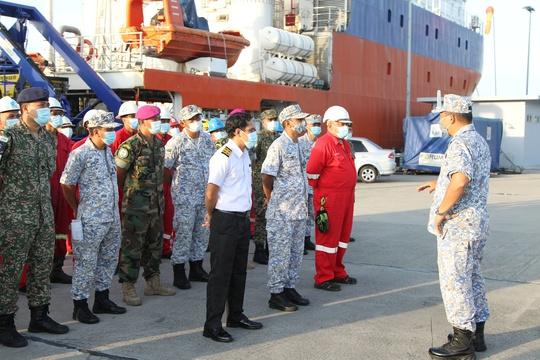 Thủy thủ trên tàu ngầm Indonesia mất tích sắp hết oxy - Ảnh 1.
