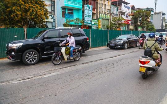 Cận cảnh đường Âu Cơ lún, nứt tiềm ẩn nguy hiểm cho người tham gia giao thông - Ảnh 7.