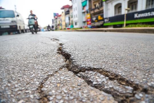 Cận cảnh đường Âu Cơ lún, nứt tiềm ẩn nguy hiểm cho người tham gia giao thông - Ảnh 9.