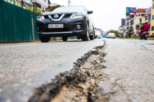 Cận cảnh đường Âu Cơ lún, nứt tiềm ẩn nguy hiểm cho người tham gia giao thông - Ảnh 6.