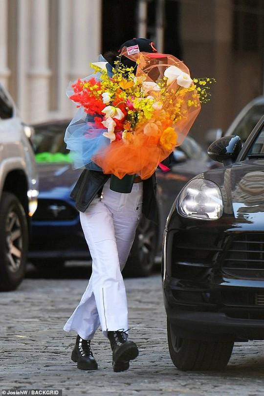 Siêu mẫu Bella Hadid khéo léo khoe vòng một đầy đặn - Ảnh 7.