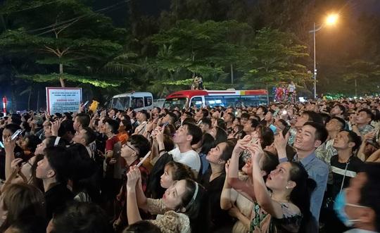 CLIP: Hàng vạn người đổ về Sầm Sơn xem bắn pháo hoa - Ảnh 20.