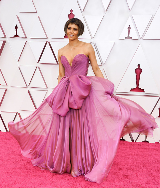 Những trang phục độc lạ tại Oscar 2021 - Ảnh 1.