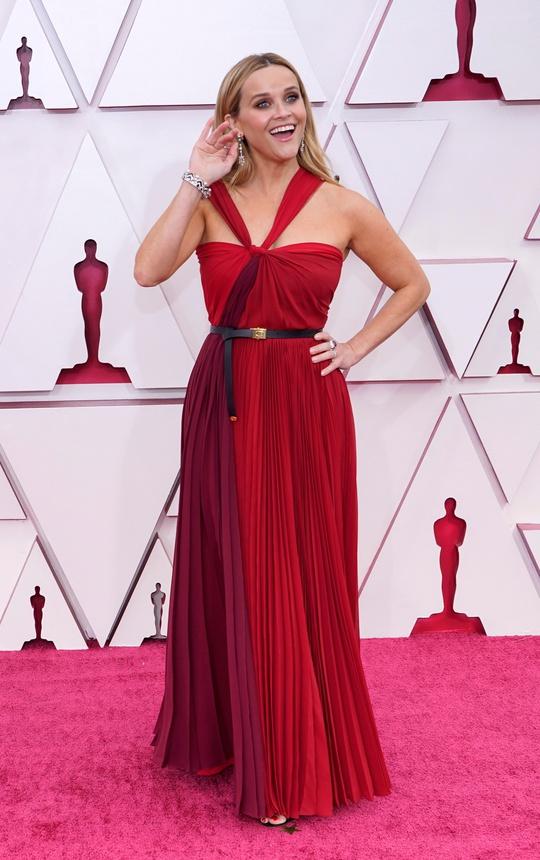 Những trang phục độc lạ tại Oscar 2021 - Ảnh 4.
