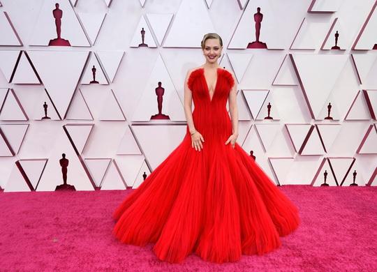 Những trang phục độc lạ tại Oscar 2021 - Ảnh 6.