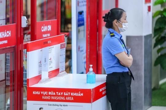 CLIP: Nhiều người dân Hà Nội quên khẩu trang phòng chống dịch Covid-19 - Ảnh 4.