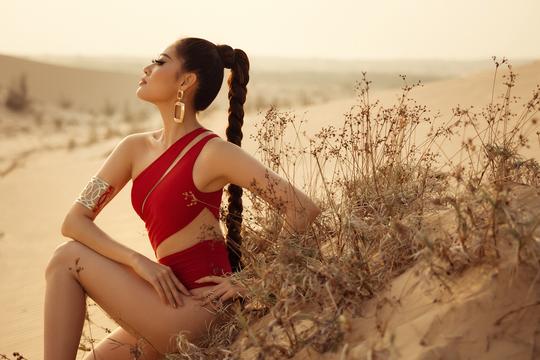 Hoa hậu Khánh Vân khoe hình ảnh nóng bỏng trên đồi cát - Ảnh 3.