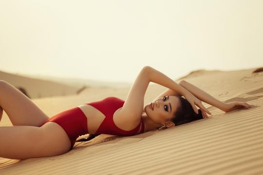 Hoa hậu Khánh Vân khoe hình ảnh nóng bỏng trên đồi cát - Ảnh 1.