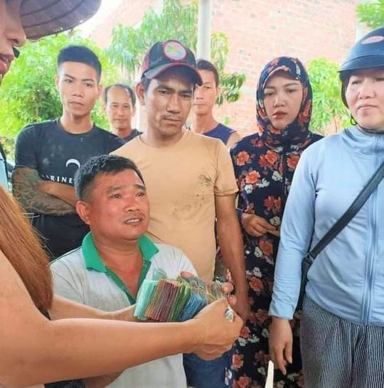 Hàng chục người dân lội bùn gom 30 tấn dưa hấu bán giúp tài xế - Ảnh 3.