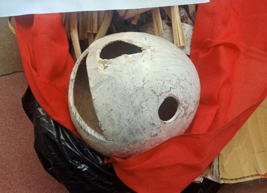 Mang sọ dừa hình thù kỳ lạ tới nghĩa trang chôn làm mộ giả - Ảnh 2.