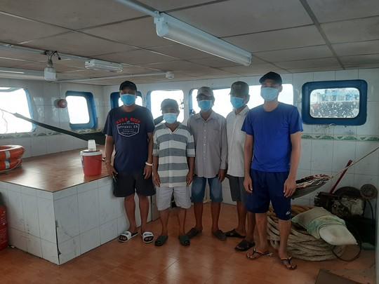 CLIP: Cảnh sát biển ở Phú Quốc bắt giữ 5 người nhập cảnh trái phép từ Campuchia - Ảnh 2.