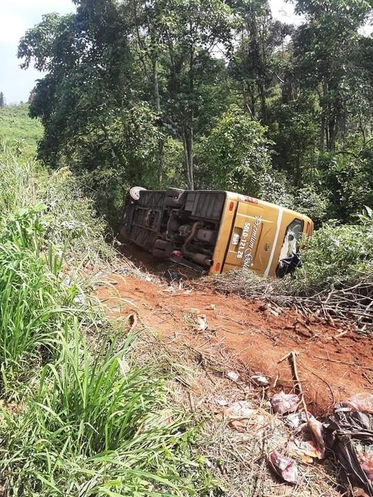 Xe khách lao xuống vực, 22 người thoát nạn - Ảnh 1.