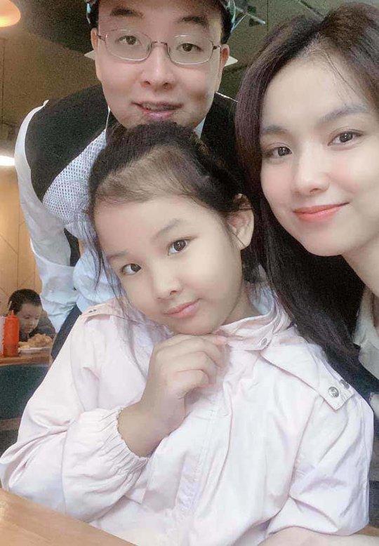 Ngỡ ngàng nhan sắc Hoa hậu Thùy Lâm sau 11 năm ở ẩn - Ảnh 2.