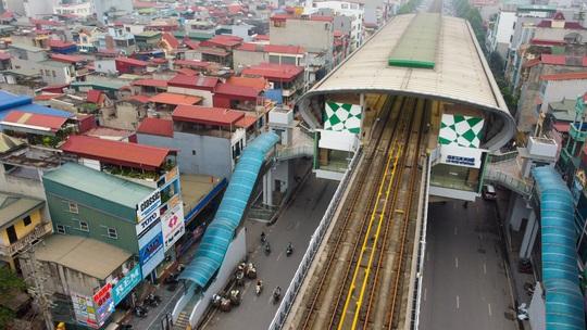Cận cảnh cây xăng phải đóng cửa vì nguy cơ mất an toàn đường sắt Cát Linh-Hà Đông - Ảnh 2.