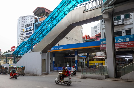 Cận cảnh cây xăng phải đóng cửa vì nguy cơ mất an toàn đường sắt Cát Linh-Hà Đông - Ảnh 10.