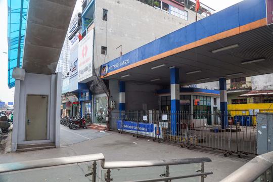 Cận cảnh cây xăng phải đóng cửa vì nguy cơ mất an toàn đường sắt Cát Linh-Hà Đông - Ảnh 11.