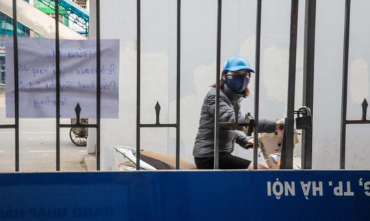Cận cảnh cây xăng phải đóng cửa vì nguy cơ mất an toàn đường sắt Cát Linh-Hà Đông - Ảnh 9.